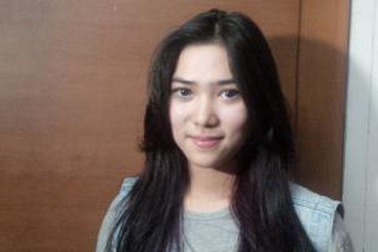 Penyanyi, pencipta lagu, dan artis peran Isyana Sarasvati diabadikan di Gedung TransTV, Tendean, Jakarta Selatan, Selasa (4/8/2015).