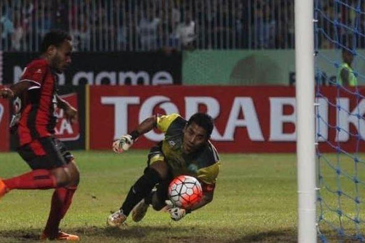 Aksi penyerang mungil Persipura, Lukas Mandowen jelang membobol gawang Persela yang dikawal kiper Choirul Huda (kuning) di Stadion Surajaya, Lamongan, Senin (23/5/2016).