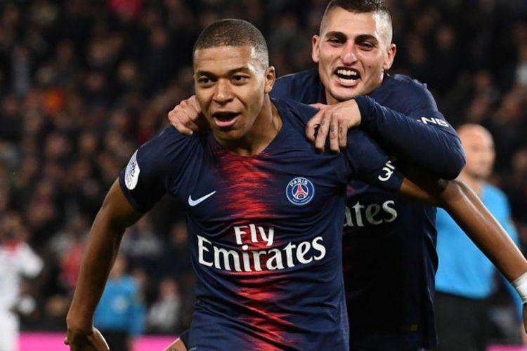Pemain Paris Saint-Germain, Kylian Mbappe merayakan golnya bersama Marco Verratti saat laga melawan Olympique Lyon dalam pertandingan pekan ke-9 Liga Prancis di Stadion Parc de Princes, Minggu (7/10/2018) atau Senin dini hari WIB.