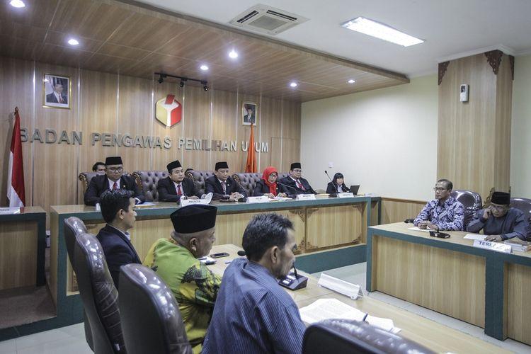 Ketua Bawaslu Abhan (tengah) bersama Anggota  Bawaslu memimpin sidang Pembacaan Putusan Gugatan Oesman Sapta Odang (OSO) terhadap Komisi Pemilihan Umum (KPU) di ruang sidang Bawaslu, Jakarta, Rabu (9/1/2019). Dalam persidangan tersebut Bawaslu memutuskan, memerintahkan KPU untuk memasukkan Oesman Sapta Odang dalam daftar calon anggota DPD dalam Pemilu 2019, tapi OSO tetap harus mundur sebagai pengurus Partai Hanura jika kembali lolos sebagai anggota DPD periode 2019-2024. ANTARA FOTO/Muhammad Adimaja/aww.
