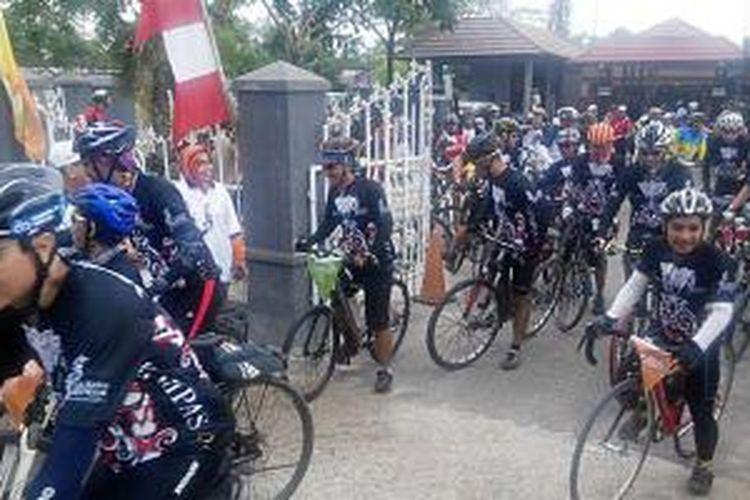 Peserta Jelajah Sepeda Banjarmasin-Balikpapan dilepas jajaran Musyawarah Pimpinan Daerah (Muspida) Tapin saat memulai etape kedua dari Rantau menuju Tanjung, Kalimantan Selatan, Selasa (5/5/2015).