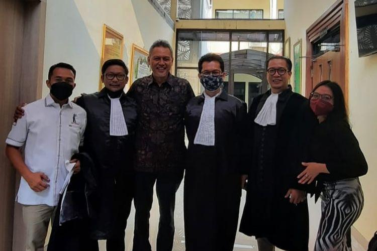 Zaim Saidi (tengah, berbatik), cendekiawan yang sempat ditangkap karena menyelenggarakan pasar muamalah dengan koin dinar dan dirham, dinyatakan tak bersalah dalam sidang pembacaan vonis pada Selasa (12/10/2021) di Pengadilan Negeri Depok.