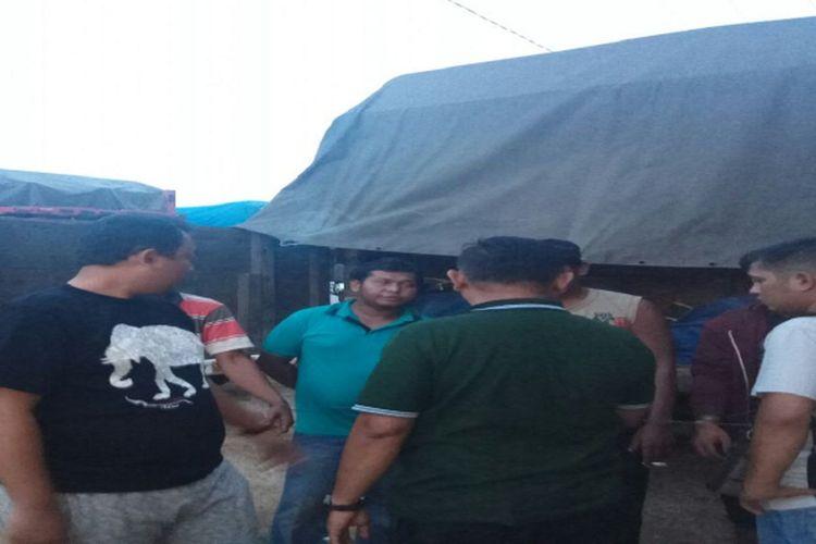 Kasatreskrim Polres Barito Utara sesaat setelah mengamankan truk bermuatan kayu illegal bersama supir truk