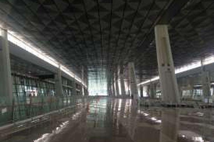 Kondisi di dalam gedung Terminal 3 Ultimate Bandara Soekarno-Hatta, Tangerang, yang masih dalam tahap pembangunan, Rabu (27/1/2016).