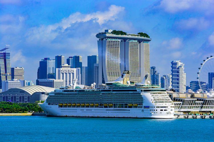 Kapal pesiar Mariner of the Seas, dari Royal Caribbean International, berlabuh di Marina Bay Cruise Centre, (6/1/2017).