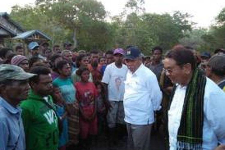 Menteri PU Basuki Hadimuljono (kemeja putih bertopi) dan anggota DPD RI Ibrahim Agustinus Medah (kanan) ketika berdialog dengan warga Kabupaten Alor yang diterpa bencana gempa bumi
