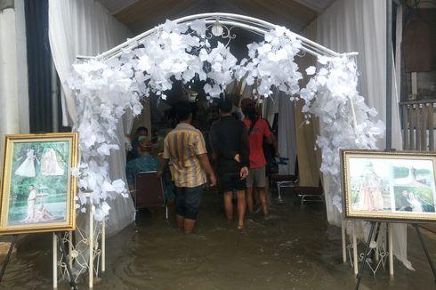 Gelar Pesta Pernikahan di Tengah Banjir Rob, Warga Muara Angke Sebar 2.000 Undangan