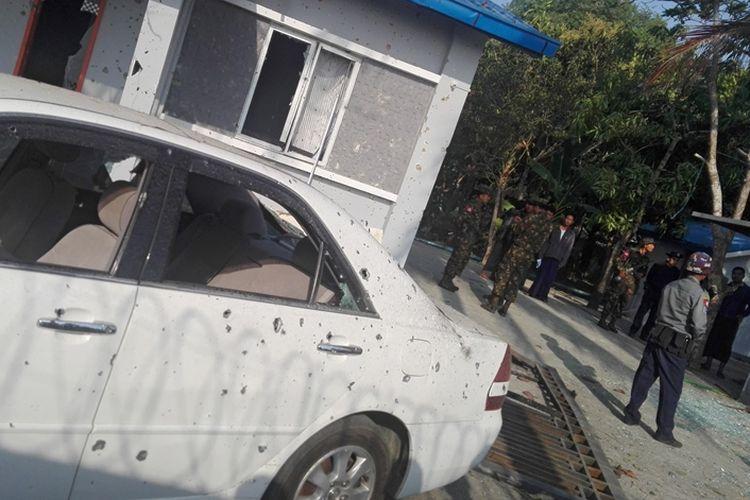 Polisi berjaga di sekitar salah satu lokasi ledakan bom yang terjadi di ibu kota Rakhine, Sittwe, Sabtu (24/2/2018).