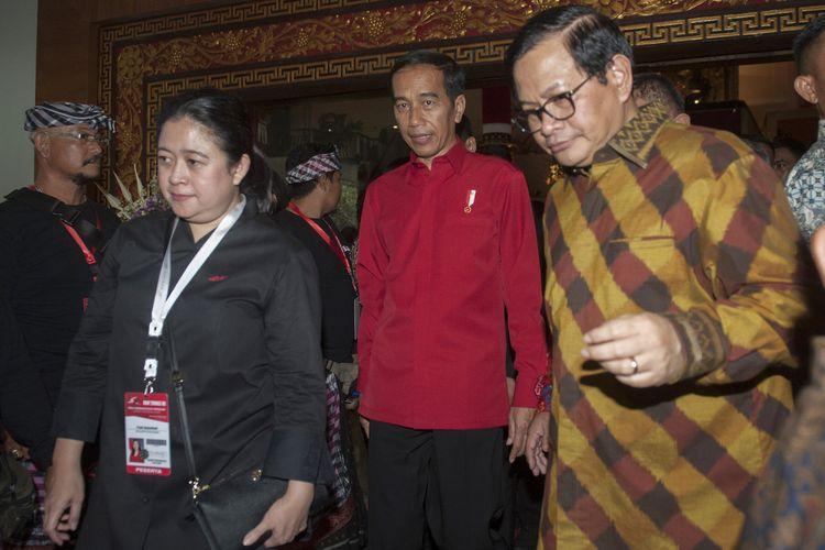 Presiden Joko Widodo (tengah) berjalan bersama Sekretaris Kabinet Pramono Anung (kanan) dan Menko Bidang Pembangunan Manusia dan Kebudayaan yang juga kader PDIP Puan Maharani (kiri) seusai pembukaan Rakernas III PDIP di Sanur, Bali, Jumat (23/2). Dalam rakernas tersebut telah diputuskan untuk mencalonkan kembali Joko Widodo sebagai calon presiden 2019-2024.