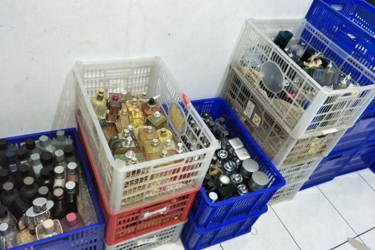 Parfum palsu yang diproduksi di sebuah rumah di Tamansari, Jakarta Barat, Rabu (7/2/2018).