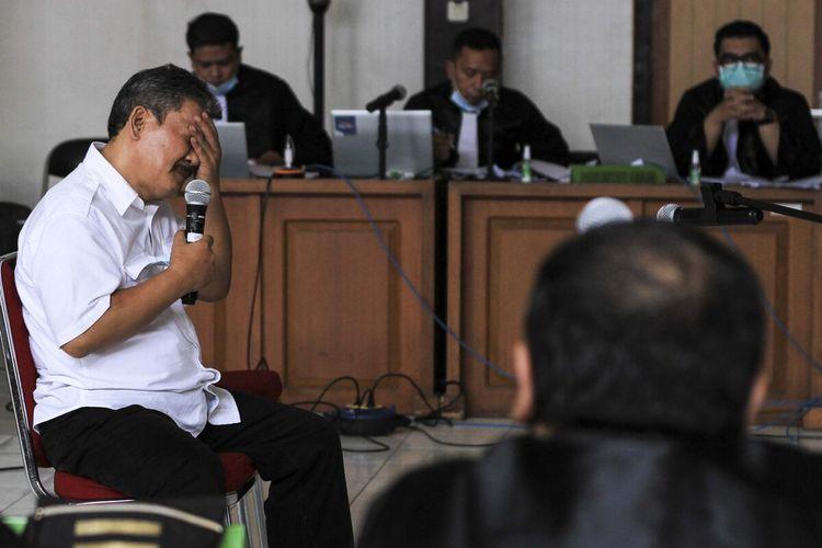 Wakil Bupati Ogan Komering Ulu non aktif Johan Anuar yang menjadi terdakwa saat menghadiri sidang secara langsung di Pengadilan Tindak Pidana Korupsi (Tipikor) Kelas 1 Palembang, Selasa (6/4/2021). Dalam sidang tersebut, Johan dihadirkan untuk mendengarkan langsung keterangan dari terdakwa.