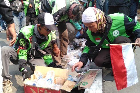 Usai Demo, Pengemudi Gojek Punguti Sampah di Depan Kedubes Malaysia