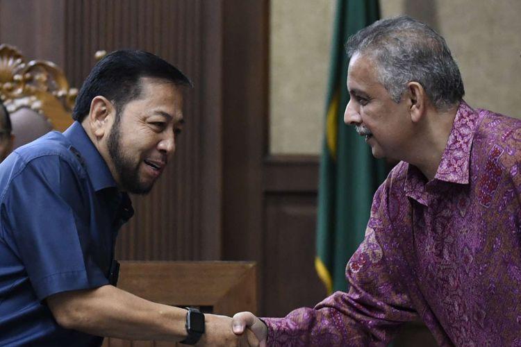 Terpidana kasus e-KTP Setya Novanto (kiri) berjabat tangan dengan terdakwa kasus dugaan suap proyek PLTU Riau-1, mantan Dirut PLN Sofyan Basir (kedua kanan) usai bersaksi dalam sidang lanjutan di Pengadilan Tipikor, Jakarta, Senin (12/8/2019).
