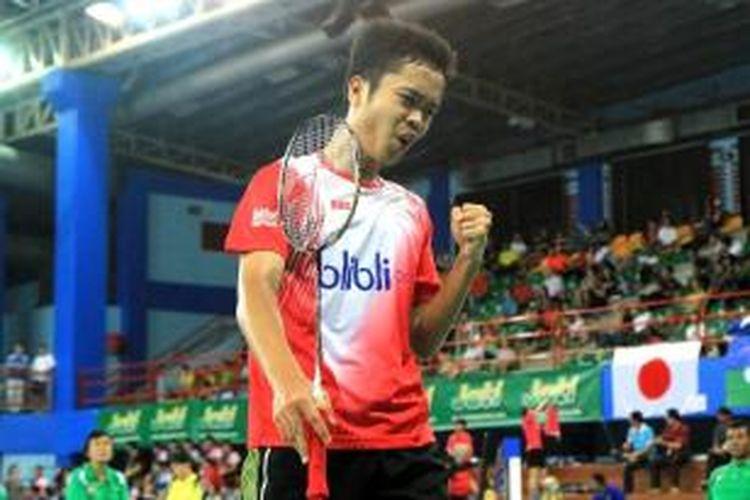 Pebulu tangkis yunior Indonesia Anthony Sinisuka Ginting berekspresi setelah meraih poin atas Kanta Tsuneyama dari Jepang pada perempat final BWF Wolrd Junior Championships di Alor Star, Malaysia, Rabu (16/4/2014). Anthony menang 21-13, 21-5, Rabu (16/4/2014).