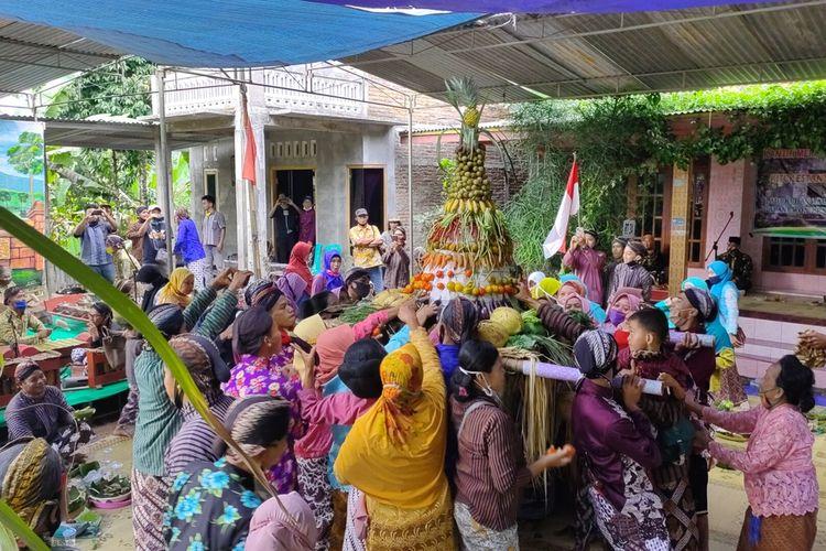 Seratusan orang mengikuti merti dusun dan memetri petilasan Dhamarwulan di Pedukuhan Talunombo, Kalurahan Sidomulyo, Kapanewon (kecamatan) Pengasih, Kulon Progo, DI Yogyakarta.
