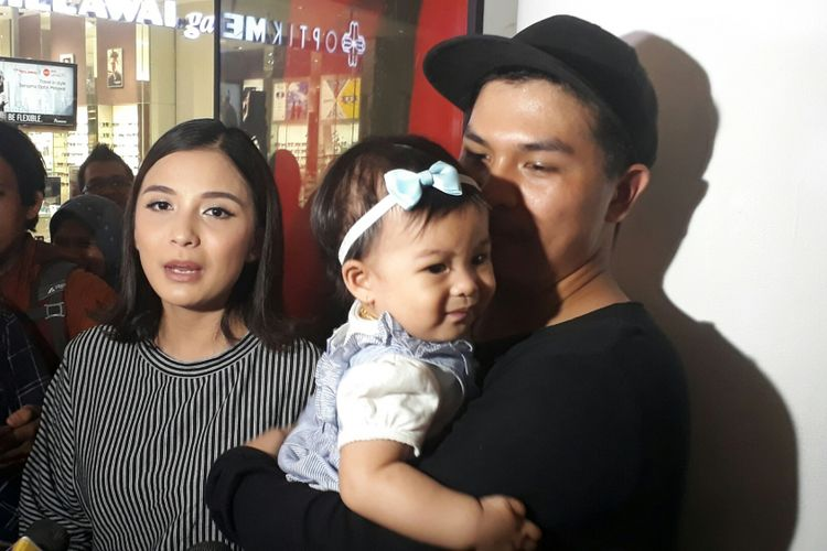 Chelsea Olivia, Glenn Alinskie, dan putri mereka, Nastusha Olivia Alinskie ditemui wartawan di Senayan City, Jakarta Pusat, Kamis (21/9/2017).