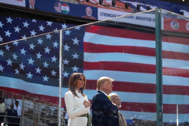 Melania Trump (kiri), Donald Trump (tengah), dan Narendra Modi (kanan) di acara Namaste Trump, Senin (24/2/2020). REUTERS/Al Drago