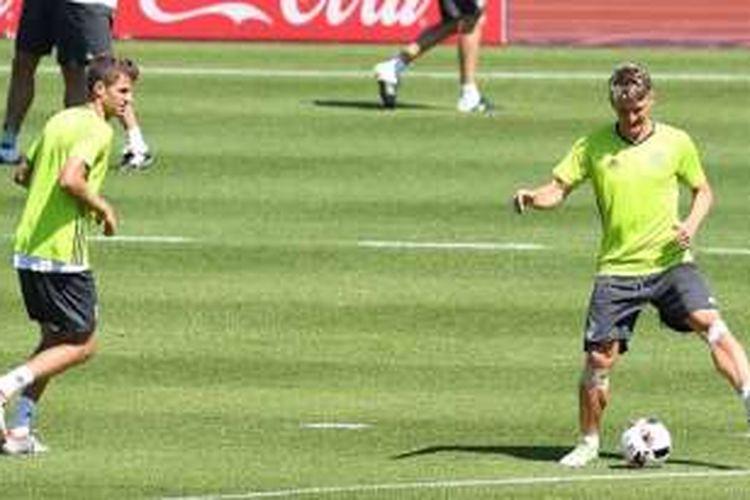 Dua pilar Jerman, Thomas Mueller dan Bastian Schweinsteiger, berlatih jelang semifinal Piala Eropa 2016 menghadapi Perancis, Rabu (6/7/2016).
