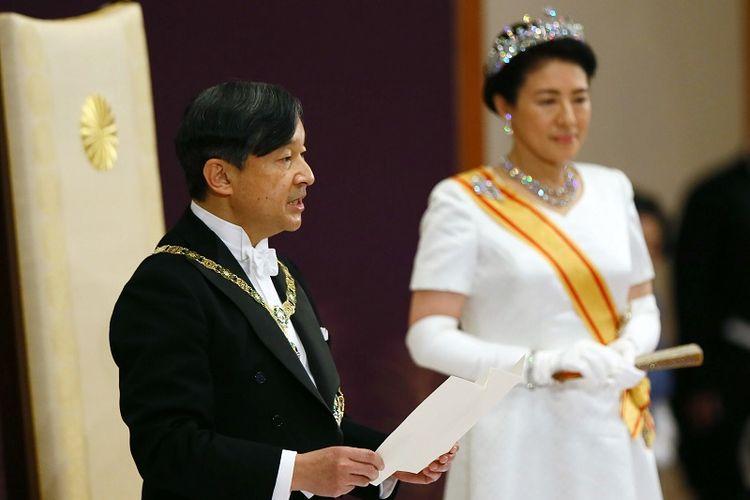 Kaisar baru Jepang, Naruhito (kiri), menyampaikan pidatonya ketika Permaisuri Masako (kanan) yang baru berdiri di sampingnya setelah upacara naik takhta di ruang negara Matsu-no-Ma di dalam Istana Kekaisaran di Tokyo pada Rabu (1/5/2019). (AFP/Japan Pool)