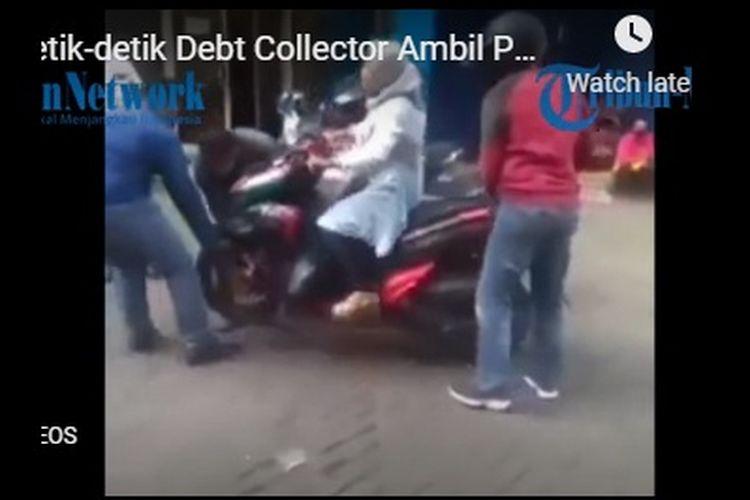 Viral di medsos, ban depan dan belakang sepeda motor seorang ibu diangkat tiga pria berbadan tegap debt collector di Sidoarjo, Jawa Timur.