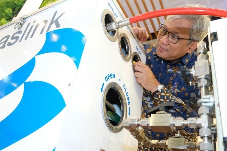Direktur Utama PT Perusahaan Gas Negara Tbk (PGN) Gigih Prakoso mengecek prototype Gaslink salah satu produk layanan perusahaan.