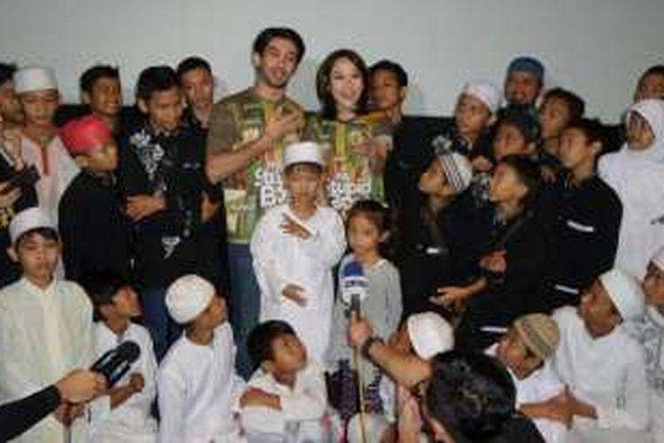 Reza Rahadian dan Bunga Citra Lestari mengadakan acara syukuran atas pencapaian film My Stupid Boss bersama puluhan anak yatim di CGV Blitz Megaplex, Grand Indonesia, Jakarta Pusat, Rabu (8/6/2016).