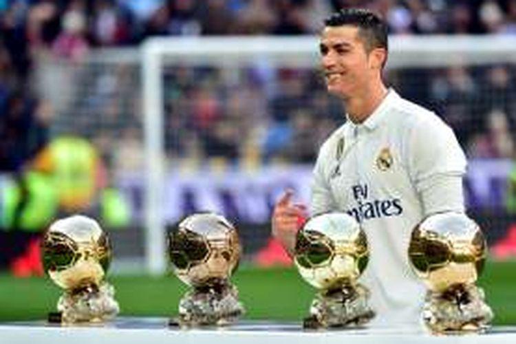 Cristiano Ronaldo memamerkan empat gelar Ballon d'Or sebelum Real Madrid melawan Granada pada partai lanjutan La Liga di Stadion Santiago Bernabeu, Sabtu (7/1/2017).