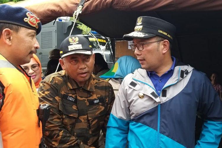 Gubernur Jawa Barat Ridwan Kamil (kanan) dan Wali Kota Bekasi Rahmat Effendi (kiri) meninjau kondisi banjir di Kota Bekasi, Kamis (2/1/2020).