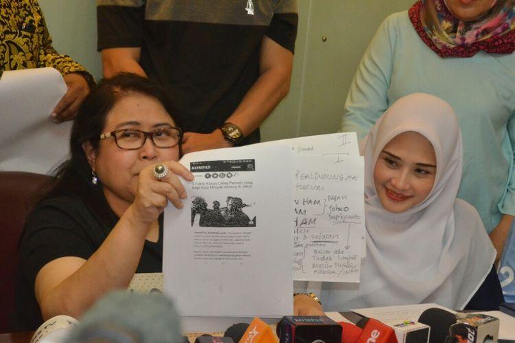 Istri Mandala Shoji, Deanova Safriana (kanan) dan kuasa hukum Mandala, Elza Syarief saat ditemui di kawasan Menteng, Jakarta Pusat, Sabtu (9/2/2019).