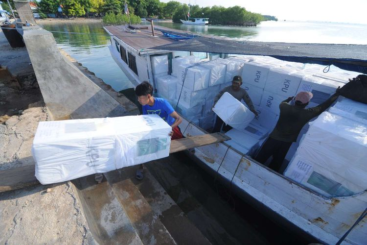 Pekerja mengeluarkan logistik Pemilu 2019 dari dalam perahu saat  tiba di Pulau Gili Genting, Sumenep, Jawa Timur, Rabu (10/4/2019). Daftar Pemilih Tetap (DPT) di Kabupaten Sumenep sebanyak 872. 764 dan 4.315 Tempat Pemungutan Suara (TPS) yang tersebar di 27 kecamatan dan delapan diantaranya berada di kepualuan