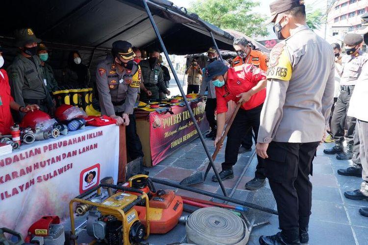 Kepolisian Polres Tana Toraja bersama BPBD mengecek peralatan SAR dalam rangka penanggulangan ancaman bencana alam dan Kebakaran Hutan dan Lahan (Karhutla) di Plaza Kolam Makale, Jumat (12/03/2021)