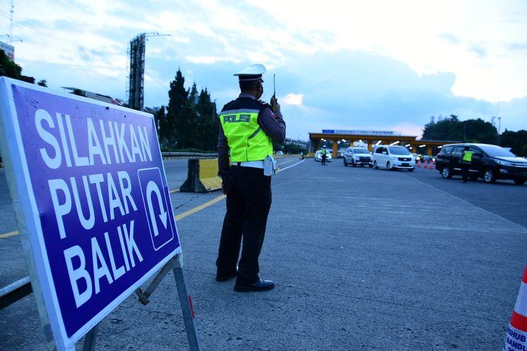 Petugas gabungan menerapkan ganjil genap di depan Gerbang Tol Pasteur Bandung, Jumat (17/9/2021). Sebanyak 640 kendaraan diputarbalikkan lantaran tak sesuai dengan nomor ganjil genap hari ini.
