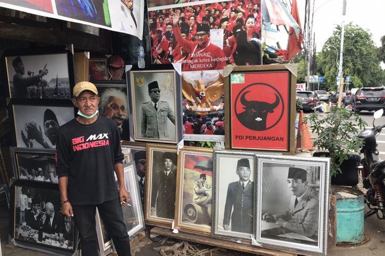 Doni BK (59), pemilik toko poster Bung Karno di Jalan Minangkabau, Pasar Minggu, Setiabudi, Jakarta Selatan pada Kamis (7/1/2021) siang. Doni disebut sebagai gelandangan yang ditemui Risma beberapa waktu lalu di Jalan Jenderal Sudirman.