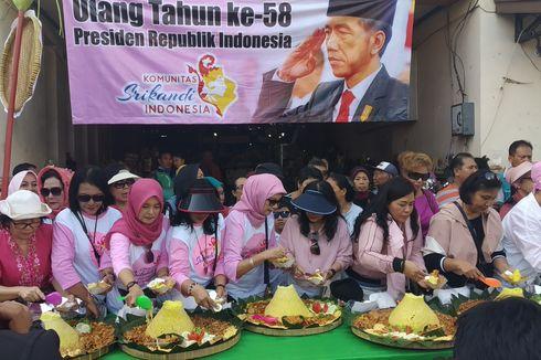Rayakan Ulang Tahun Presiden Jokowi, Warga Solo Potong Tumpeng di Pasar Gede