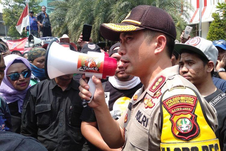 Kapolres Metro Jakarta Selatan, Komisaris Besar Indra Jafar di lokasi demo di Kantor Gojek, Jalan Iskandarsyah, Melawai, Jakarta Selatan, Senin (5/8/2019)