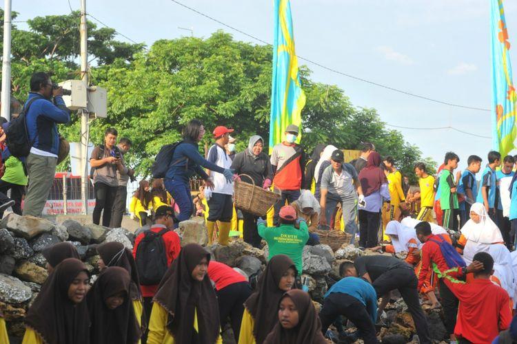 Wali Kota Surabaya, Tri Rismaharini, memimpin aksi bersih-bersih di Pantai Kenjeran dan di bawah kaki jembatan Suramadu sisi Surabaya, Jumat (1/3/2019).