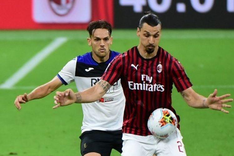 Zlatan Ibrahimovic (depan) dibayang-bayangi oleh Rafael Toloi dalam laga AC Milan vs Atalanta di Stadion San Siro, Jumat (24/7/2020) malam waktu setempat atau Sabtu (25//7/2020) dini hari WIB.