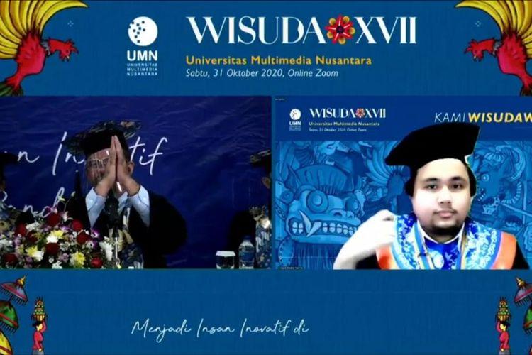 Dr. Ninok Leksono (kiri) saat mewisuda lulusan UMN secara daring.