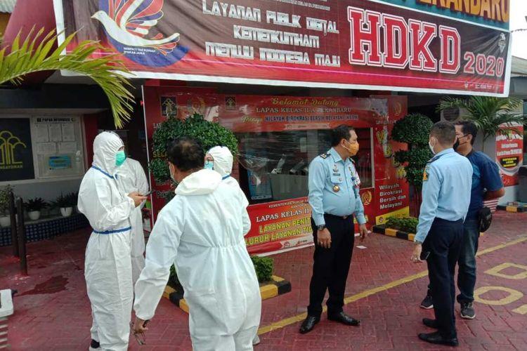 Pihak Lapas Kelas IIA Pekanbaru, Riau, saat melakukan proses pemindahan para napi yang terpapar Covid-19, Selasa (3/11/2020) lalu.