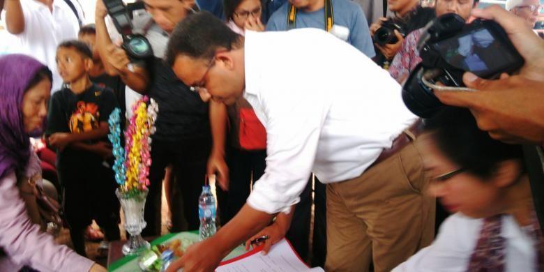 Calon gubernur DKI Anies Baswedan berkampanye di kawasan RW 12 Kelurahan Bukit Duri, Kecamatan Tebet, Jakarta Selatan, Senin (9/1/2017). Dalam kesempatan itu, Anies disuguhi kontrak politik oleh warga.