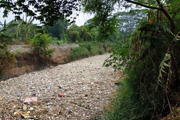 Hamparan sampah menutupi aliran Kali Jambe di Kelurahan Jatimulya, Tambun Selatan, Kabupaten Bekasi, Selasa (12/11/2019).