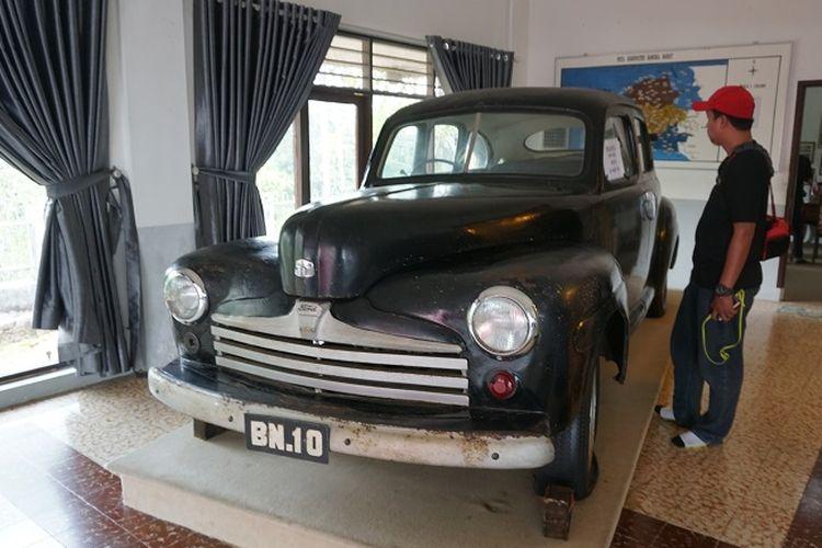 Wisatawan melihat mobil yang digunakan untuk mengantarkan rombongan Mohammad Hatta saat diasingkan ke Muntok, Bangka Barat, Kepulauan Bangka Belitung. Mobil yang bermerek Ford Deluxe 8 dan berplat BN 10 itu merupakan mobil pinjaman dari perusahaan timah Banka Tin Winning.