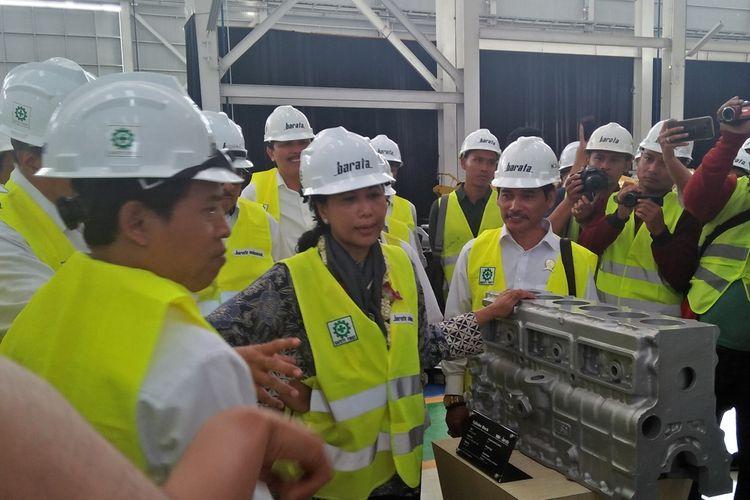 Menteri BUMN Rini Soemarno (tengah) saat berkunjung dan meresmikan workshop HMC PT Barata Indonesia di Kabupaten Gresik, Jawa Timur, Rabu (11/9/2019).