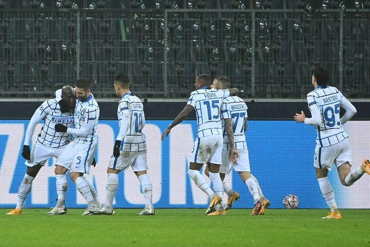 Para pemain Inter Milan merayakan gol Romelu Lukaku pada laga Borussia Moenchengladbach vs Inter Milan di Moenchengladbach, 1 Desember 2020.