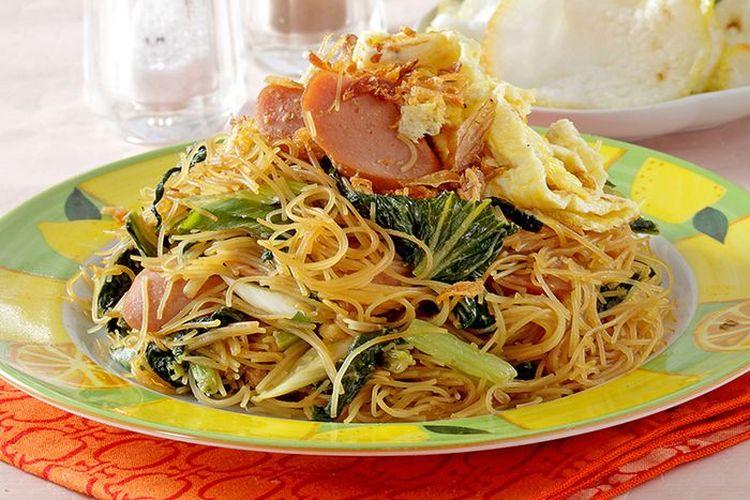 Ilustrasi bihun goreng dengan sosis dan sayuran.