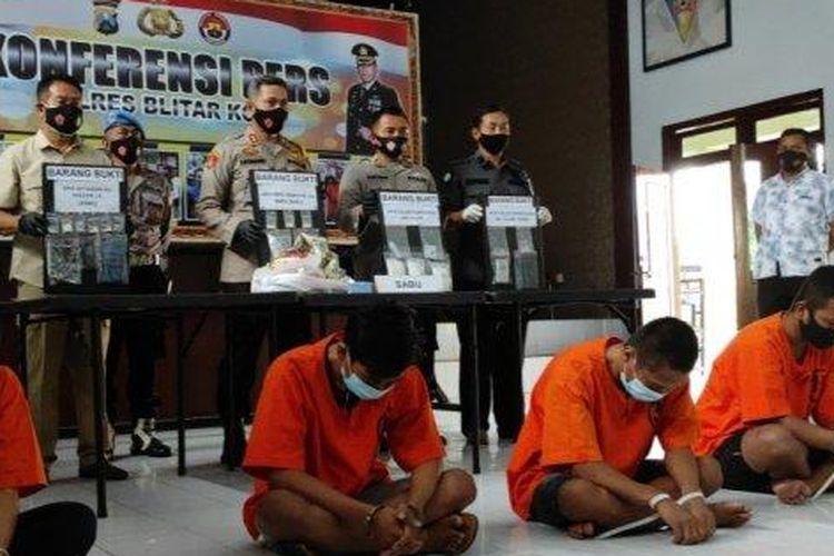 Polisi menunjukkan barang bukti dan tersangka dalam kasus penyelundupan sabu-sabu di ruang tahanan Mapolres Blitar Kota, Selasa (13/10/2020).