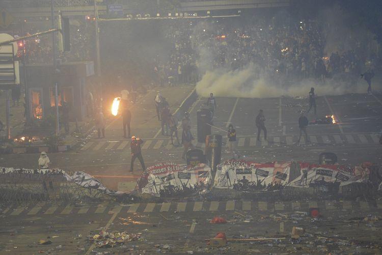 Massa aksi terlibat kericuhan di depan gedung Bawaslu, Jakarta, Rabu (22/5/209). Aksi unjuk rasa itu dilakukan menyikapi putusan hasil rekapitulasi nasional Pemilu serentak 2019. ANTARA FOTO/Nova Wahyudi/wsj.