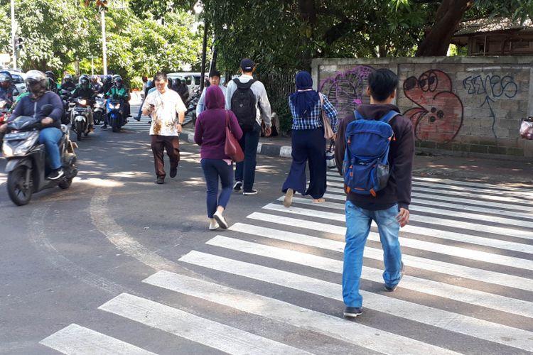 Pejalan kaki menuju pelican crossing Tosari, Jakarta Pusat dari arah Stasiun Sudirman, Senin (17/12/2018).