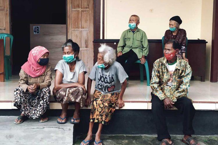 Sejumlah warga lanjut usia asal lereng Merapi, Desa Krinjing, Kecamatan Dukun, tengah berada di barak pengungsian/TEA Balai Desa Deyangan, Kecamatan Mertoyudan, Kabupaten Magelang. Mereka mengungsi karena aktivitas Gunung Merapi meningkat sejak November 2020.