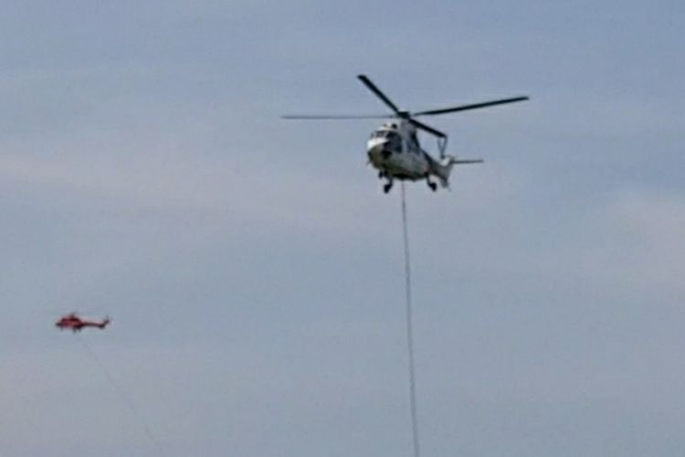 Dua helikopter Super Puma yang dikerahkan untuk membantu pemadaman karhutla di Riau, Senin (2/3/2020).